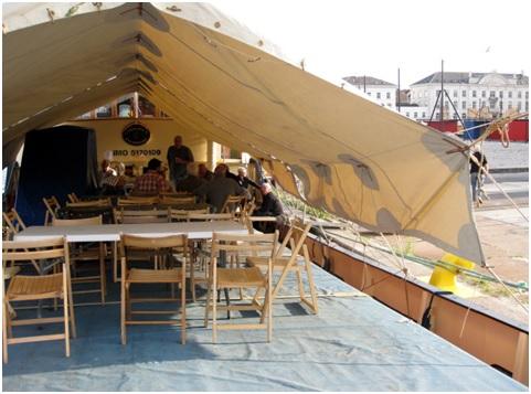 Torsdag aften. Der er dækket op til skafning under Carolines genfundne teltdug. Menuen var skipperlabskovs med hele svineriet - lækkert.
