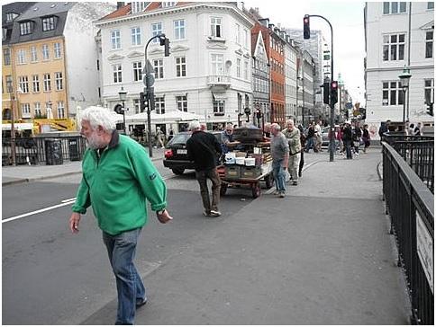 Al anden trafik gik i stå, da Travaljlauget kørte de enorme mængder gods over Nyhavns Bro  - Anført af mester Flemming.