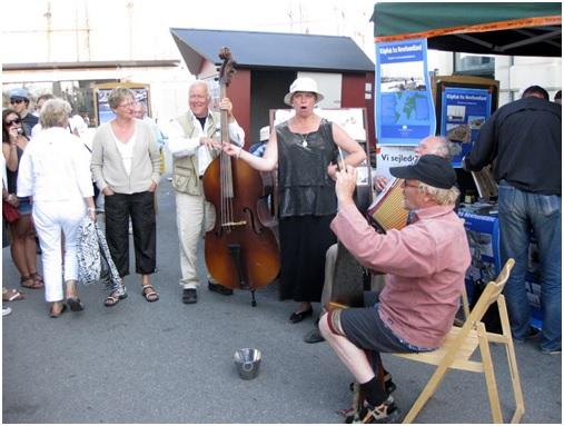 Vores herlige musikanter gør stor indsats -  Det siges at indsamligsspanden blev tømt flere gange på grund af de store beløb der landede deri.