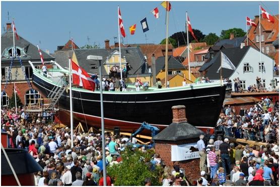 Her gli'er hu' så u' i våi - medens tusindvis af mennesker ser på. Det siges, at der var mennesketomt i Svendborg den dag.